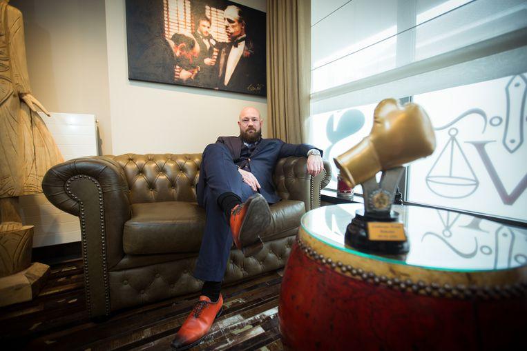 Advocaat Bert Vanmechelen, soms ook strak in het pak als hij niet in de boksring te vinden is.