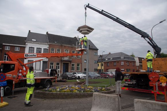 De gemeente plaatste een zwaluwtil met 21 kunstnesten op de Jan Cooppalaard.