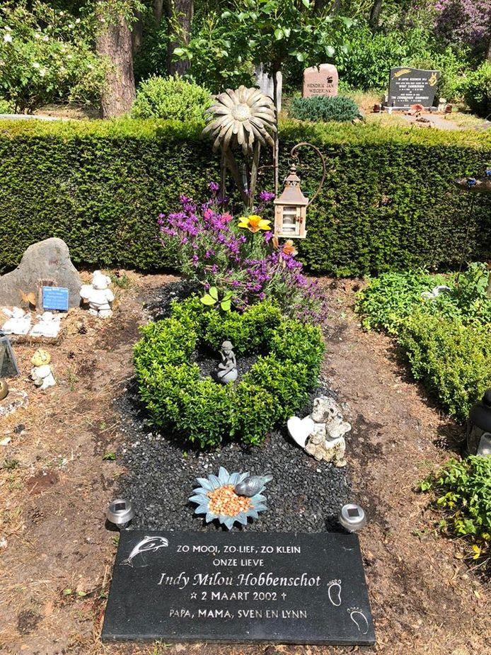 Het graf van Indy met beeld.