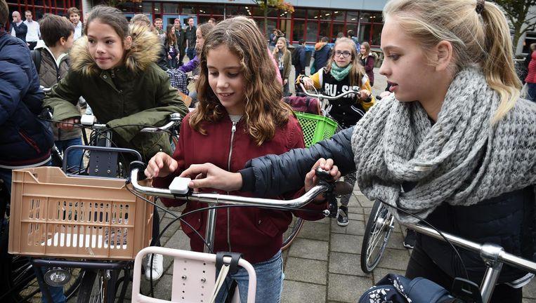 Leerlingen van het ds Pierson College testen als eerste de nieuwe fietsbel. Beeld Marcel van den Bergh