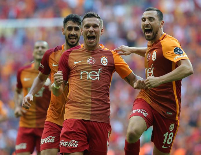 Lukas Podolski juicht als speler van Galatasaray in 2016.