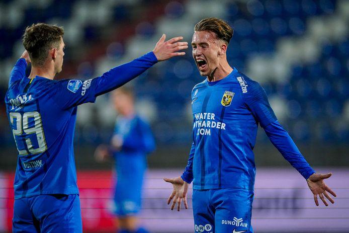 Patrick Vroegh (rechts) is uitzinnig na zijn goal tegen Willem II. Thomas Buitink is de man van de assist.
