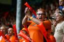 Supporters op de tribune van De Vijverberg in Doetinchem bij de vrouweninterland Nederland-Zweden in 2017.