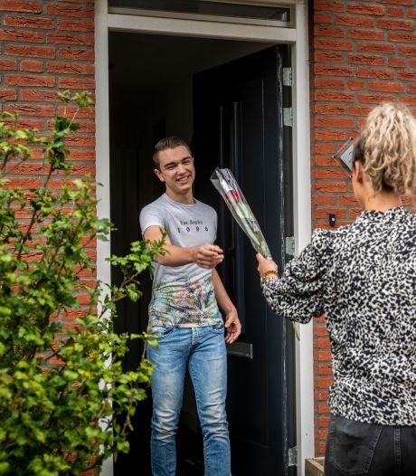 Deur aan deur met goed nieuws in Beek en Donk: 'Van harte Justin, je bent geslaagd'