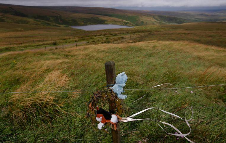 Aan Saddlewood Moor herinnert speelgoed aan de moord op Keith Bennett. Zijn lichaam werd nooit teruggevonden.