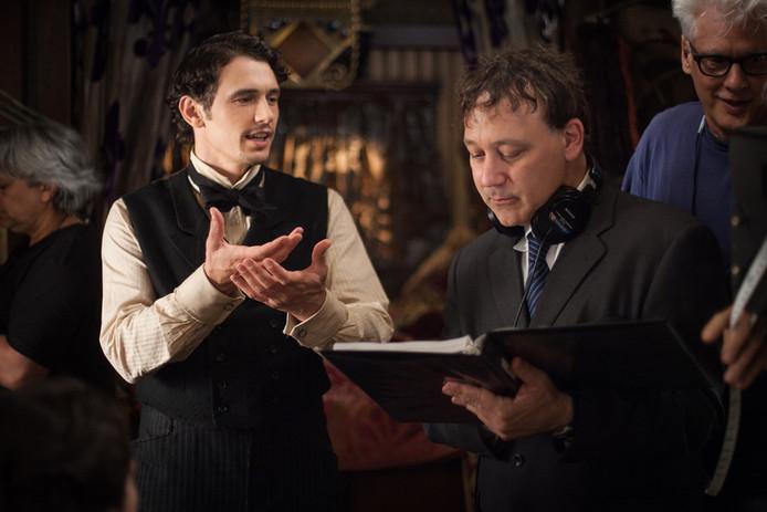 Regisseur en producent Sam Raimi (rechts) regisseerde ook de film Oz the Great and Powerful, en is hier op de set te zien samen met acteur James Franco.