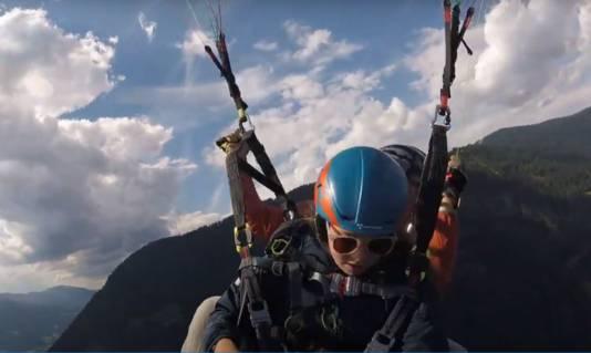 Elke Verhoeven tijdens het paragliden boven Oostenrijk.