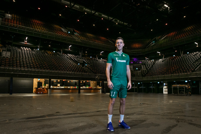 PKC-speler Olav van Wijngaarden proeft al sfeer in de Ziggo Dome, waar zaterdag tijdens de zaalkorfbalfinale tegen Fortuna de lichten wel op volle sterkte zullen schijnen.