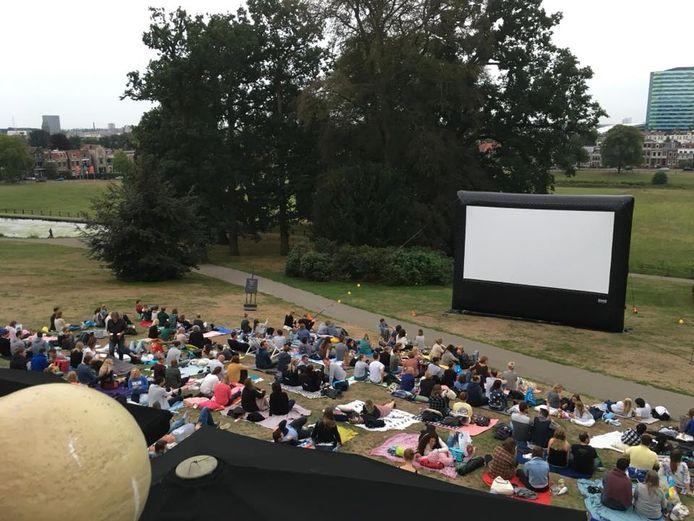Het Amsterdamse bedrijf Outdoor Cinema levert het megascherm waarop het digitale paasvuur in Schalkhaar zondagavond te bewonderen is.