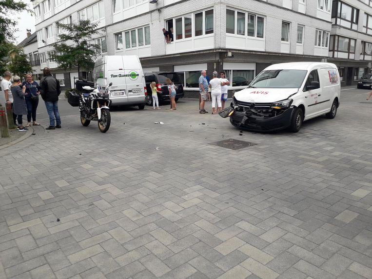 Een wagen botste tegen de flank van Toms bestelwagen op het kruispunt van de Leeuwerikenstraat met de Molenaarsstraat in Oostende. Dat gebeurde op 20 augustus.