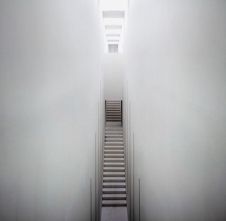 Indrukwekkend zicht op de 'stairway to heaven', de trap die het onderste niveau van het nieuwe museumvolume verbindt met de bovenzalen.