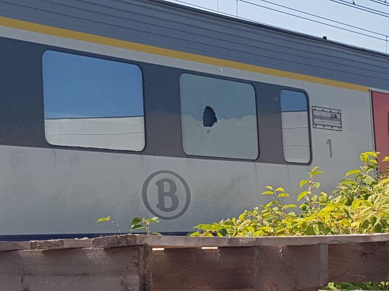 Iemand maakte een gat in het raam van de trein met een noodhamertje.