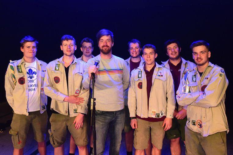 Bart(midden) op het podium tussen de scouts