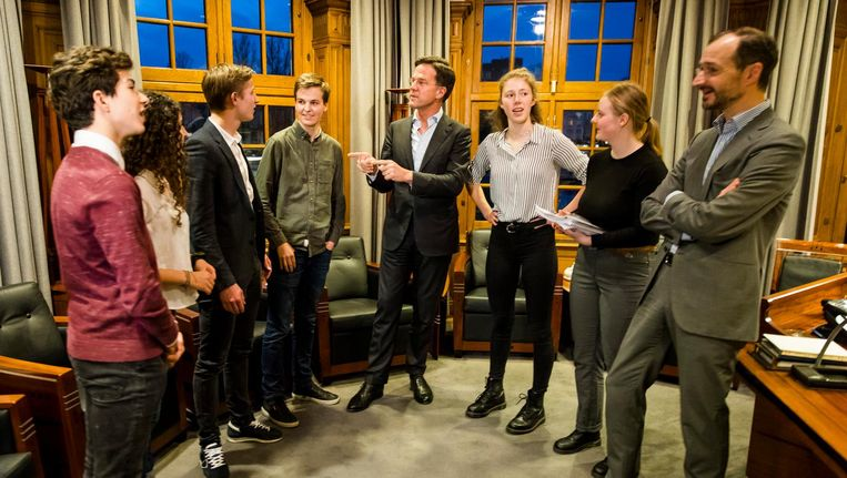 De klimaatspijbelaars kwamen dinsdag op bezoek bij premier Rutte in het Torentje. Beeld ANP