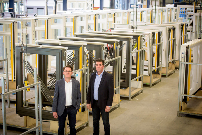 Mathee (links) en Anton van de Vin in hun kozijnenfabriek, de grootste op het gebied van houten kozijnen in Nederland.