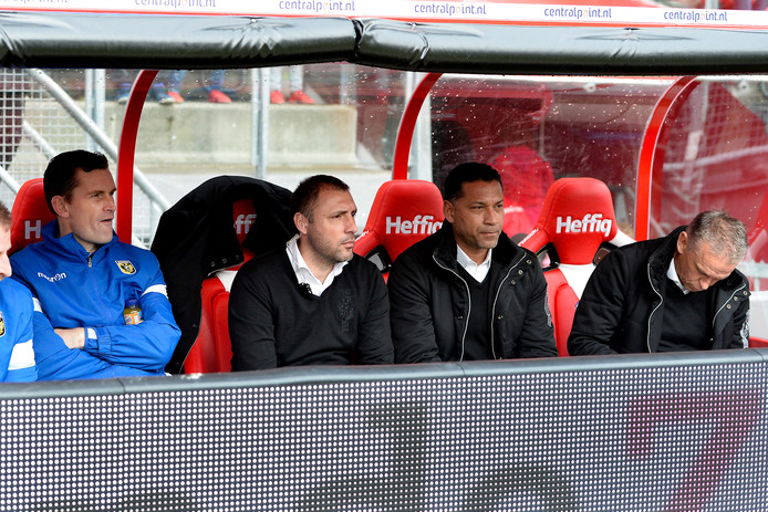 De technische staf van Vitesse, voor het duel met FC Utrecht. Jurgen Seegers, (geheel links) Aleksandar Rankovic, Henk Fraser en Edward Sturing (geheel rechts).