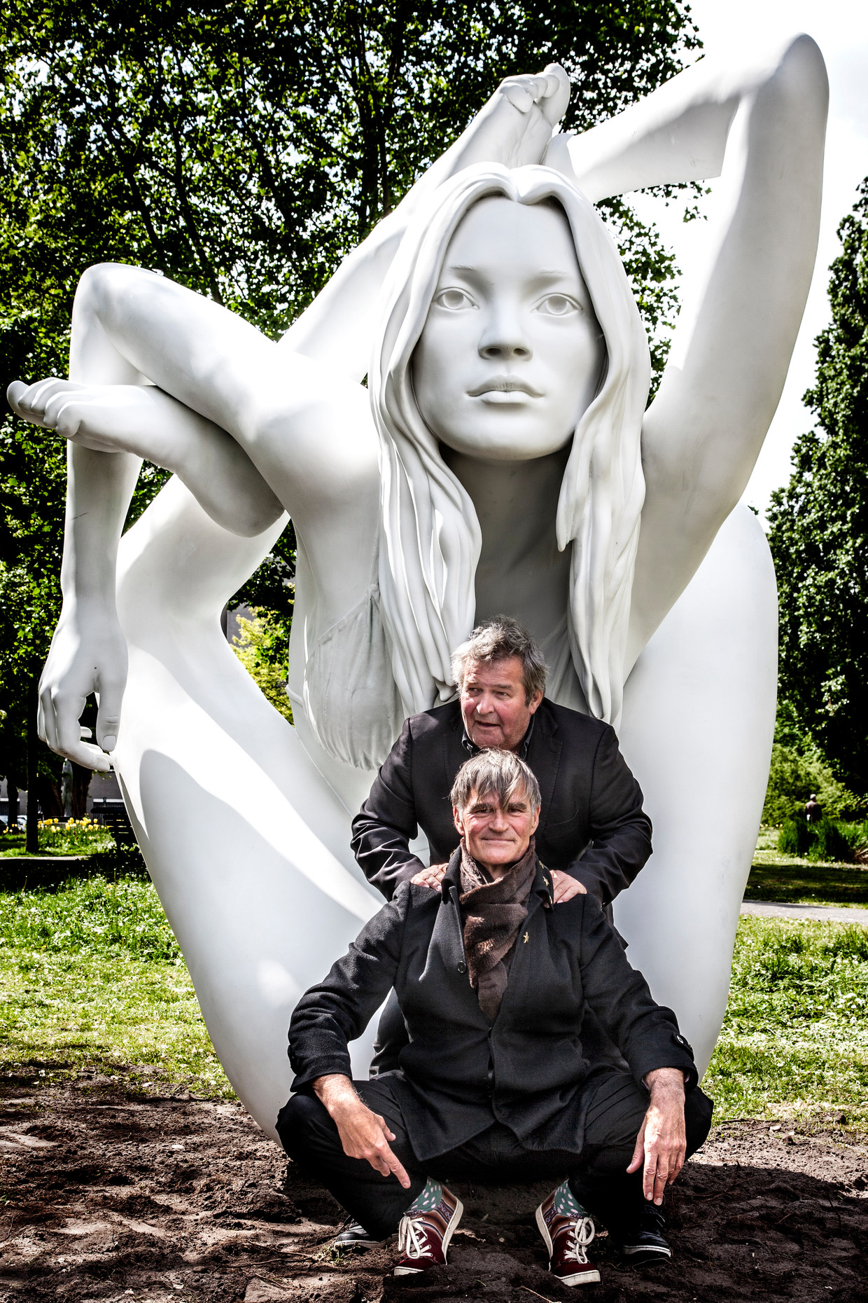 Michiel Romeyn en Jhim Lamoree voor een sculptuur van de Britse kunstenaar Marc Quinn. Beeld Ernst Coppejans