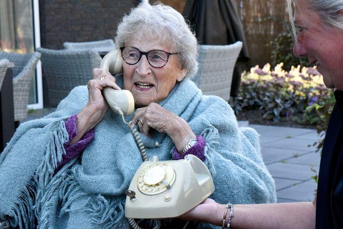Mevrouw Staal (94), bewoonster van Woongroep September Wonen in Bodegraven, geniet zichtbaar van de nieuwe wonderfoon.