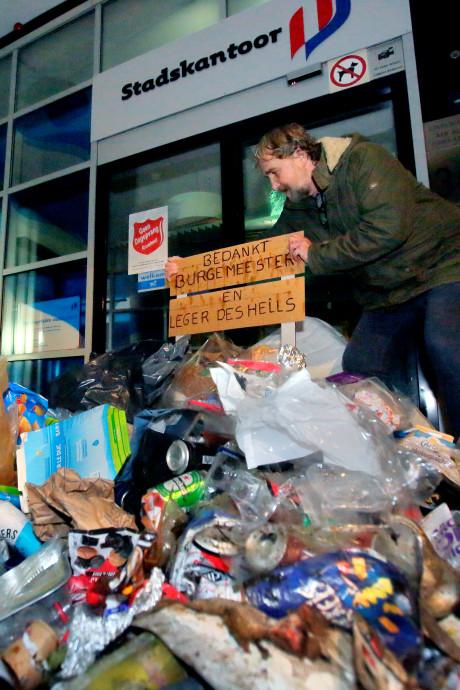 Buurtbewoners dumpen uit protest zwerfafval voor Dordts stadskantoor
