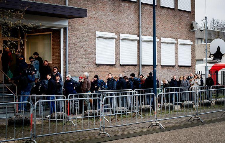 Belangstellenden in de rij voor aanvang van de rechtszaak tegen Willem Holleeder Beeld anp
