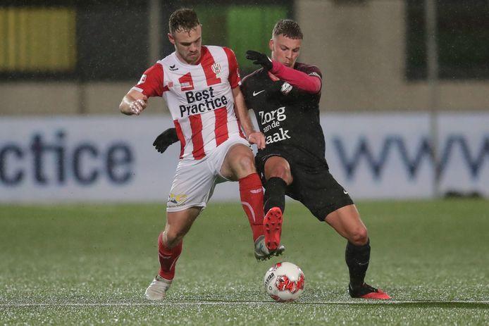 Grad Damen (TOP Oss, links) in duel met Davy van den Berg (FC Utecht O23)
