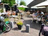 Op het terras van Brasserie Zus waan je je in een heel relaxt Spaans dorp