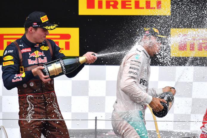 Max Verstappen viert zijn tweede plek met Lewis Hamilton.