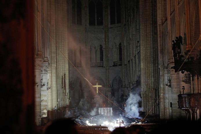 Rook rond het altaar, in de nasleep van de brand.