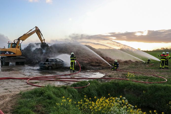 Brandende auto rolt in hoop houtsnippers in Werkendam