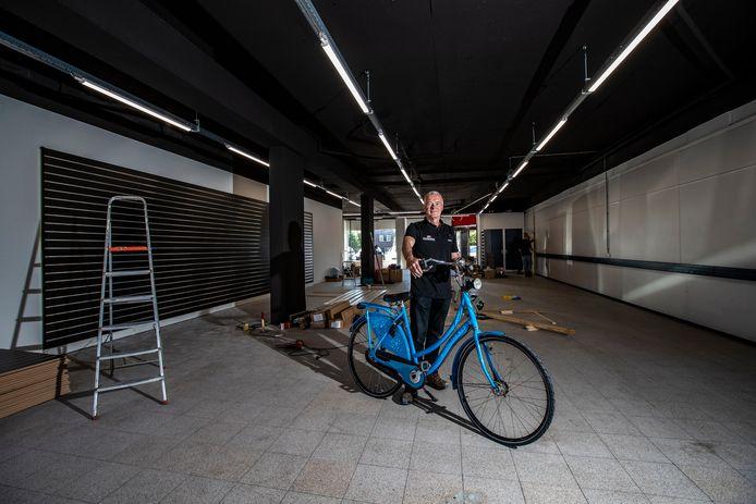 """Hans Bloemendal  opent binnenkort zijn tijdelijke winkel en werkplaats aan de Smidsbelt. """"Er moet nog veel gebeuren, maar we kunnen hier in ieder geval vooruit."""""""