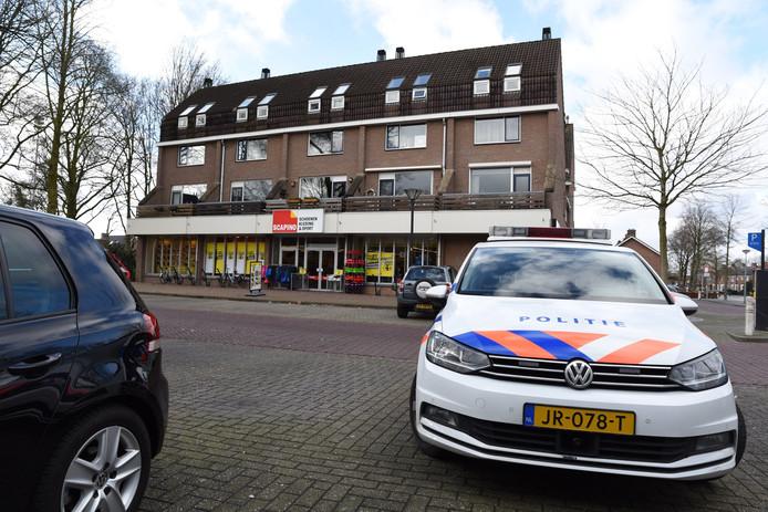 De politie bij de Scapino in Zevenaar na de gewapende overval.