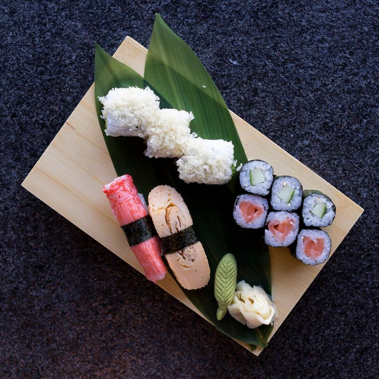 Kleine set sushi (11 euro), spiesjes: ossentong (3,50 euro), aubergine (1,70 euro), kipvleugel (2 euro). Beeld Rink Hof
