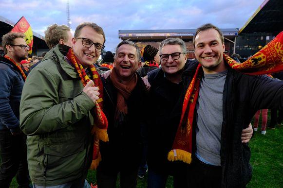 Geen oranje, maar wel geel-rood voor politici Servais Verherstraeten en Koen Van den Heuvel (midden), hier in het gezelschap van bevriende KV-supporters
