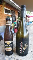 Onder meer bier en prosecco werd buitgemaakt bij Huize Bloem in Lieren.