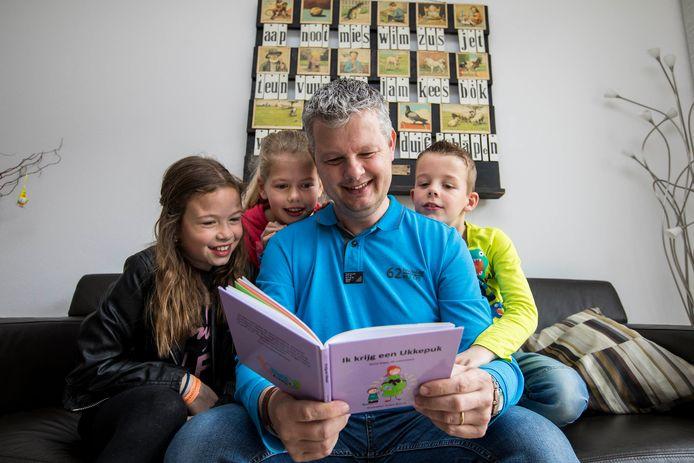 René Kops schrijft kinderboeken. Ze gaan over mijlpalen, zoals het krijgen van een broertje of zusje of je eerste zwemles, maar ook over moeilijke onderwerpen, zoals het overlijden van een huisdier of ziek worden. Nu heeft hij een gedicht geschreven over het coronavirus.