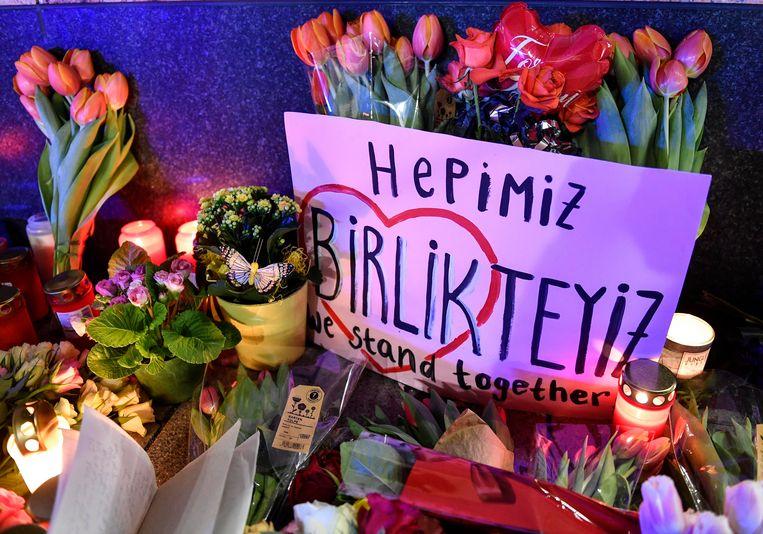 Bloemen en kaarsen voor de slachtoffers van de aanslagen in Hanau.