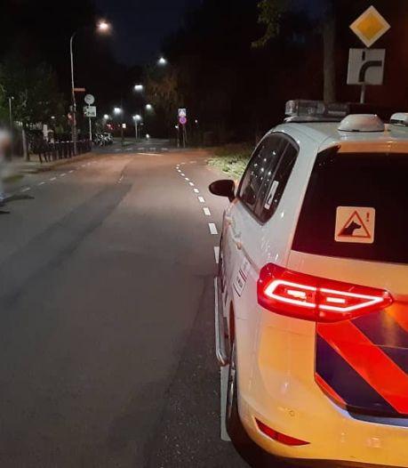 Telefoondief slaat stelletje en rijdt met gestolen scooter op ze in bij station Tiel, omstanders helpen
