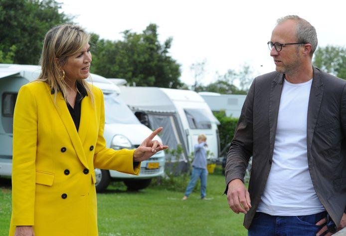 Koningin Máxima in gesprek met Gabriël Coppoolse van camping Ons Buiten.