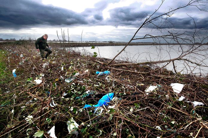 Het hoge water bracht veel plastic afval mee de Biesbosch in.