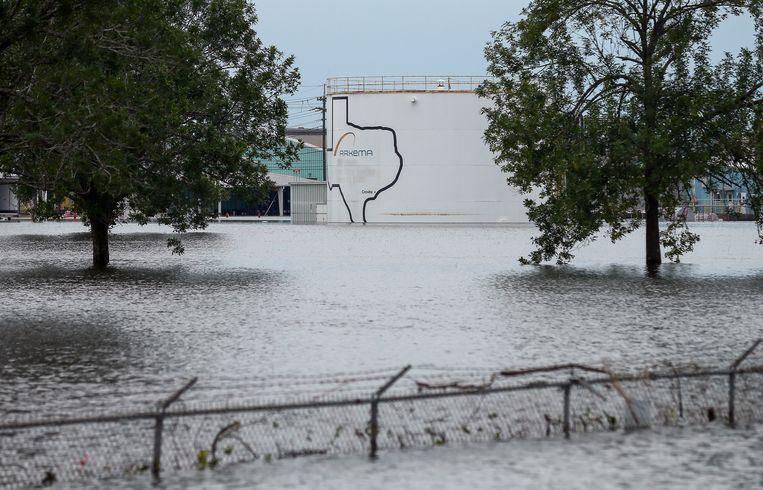 Bij de chemische fabriek is de stroom uitgevallen als gevolg van de overstromingen. Beeld AP