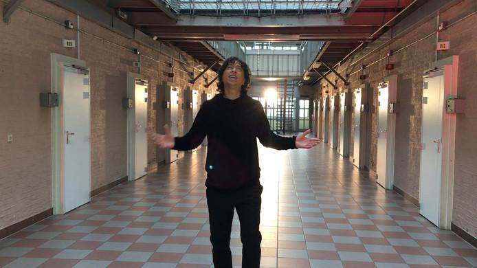 Vinzzent zingt in de voormalige vrouwengevangenis.