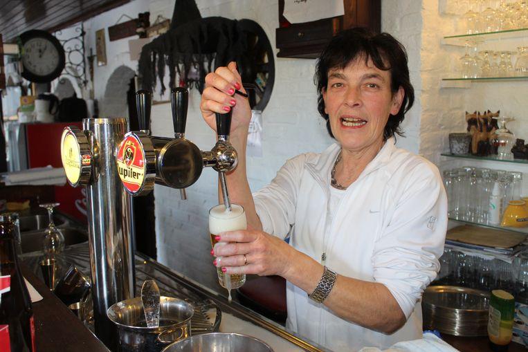 Bernadette Claeys achter de tap van café Den Hoorn in Zomergem.