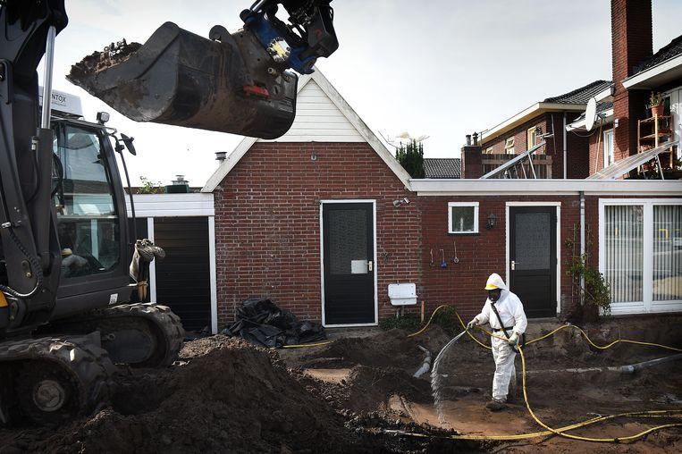 Asbestsanering in de wijk 't Gijmink in Goor Beeld Marcel van den Bergh / de Volkskrant