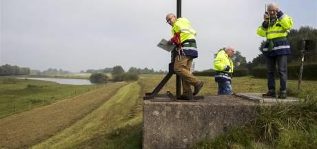Waterschap zaait extra gras om droge dijken te helpen