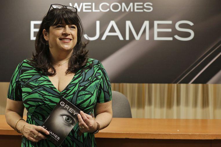 Schrijfster E.L. James met haar nieuwe boek 'Grey'.