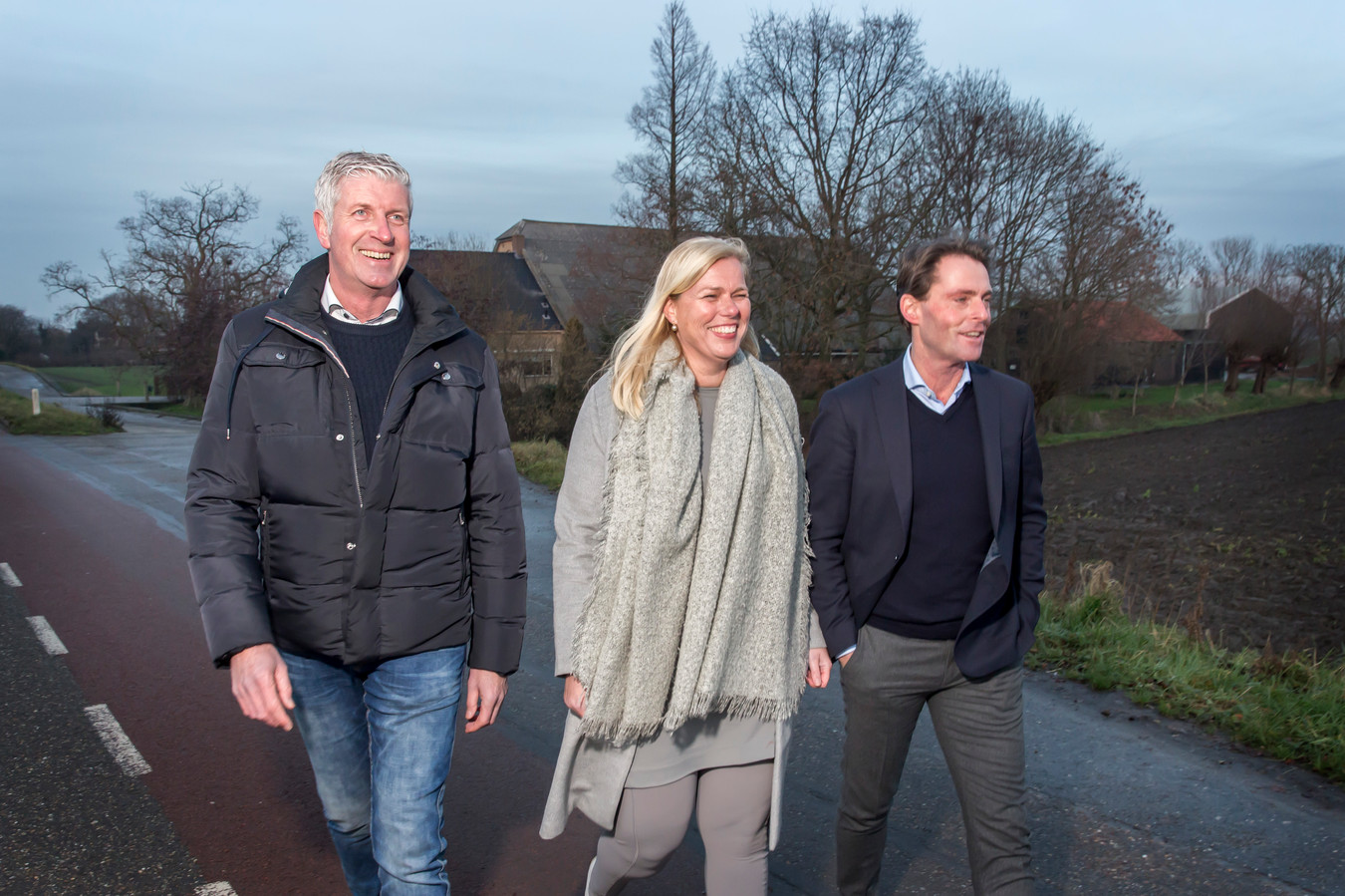 Ondernemer Paul Konijnendijk (l), agrariër Mellany Klompe en wethouder Paul Boogaard willen de Hoeksche Waard op de kaart zetten.