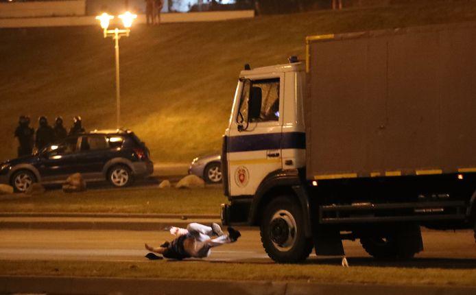Een politievrachtwagen raakt een demonstrant.