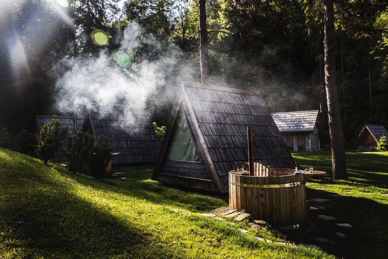 Houten hutjes met jacuzzi's op camping Bled. Beeld Aurélie Geurts