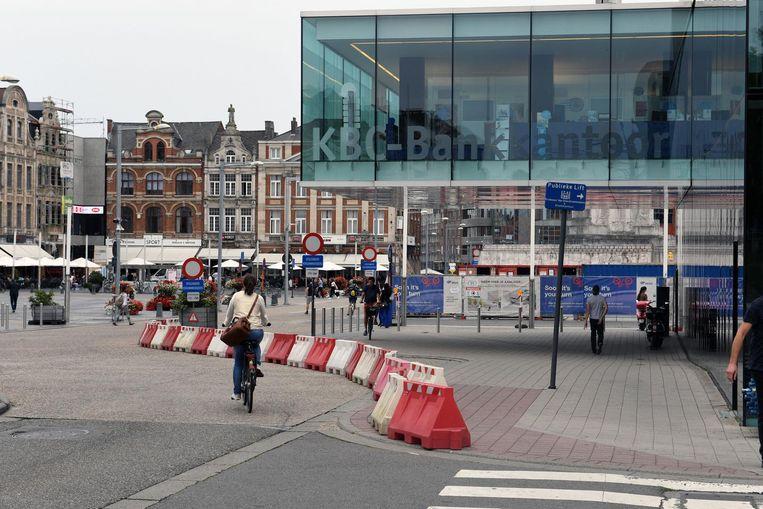 In het verleden werden er nog blokken gezet om te verhinderen dat mensen er parkeerden. Het fietspad zal er nu veiliger worden gemaakt door een fysieke scheiding.