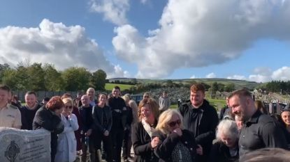 """""""Haal me hieruit!"""" Laatste grap van Ierse opa op zijn eigen begrafenis werkt op de lachspieren"""